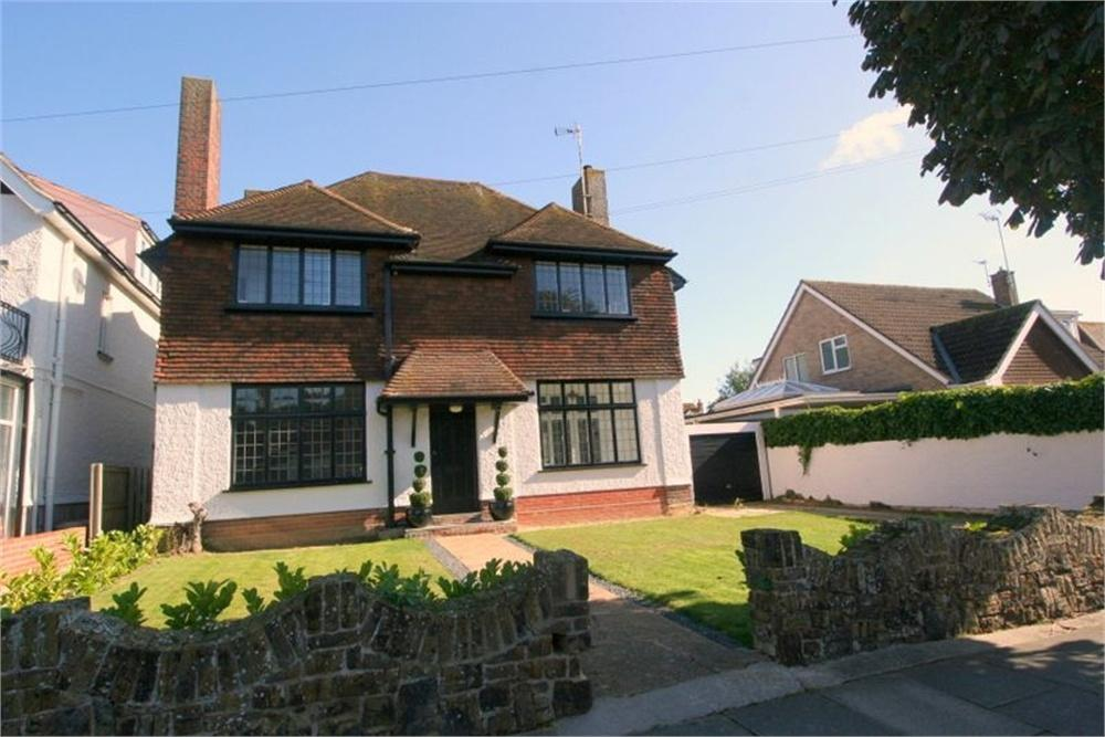 4 Bedrooms Detached House for sale in 8 Raglan Road, FRINTON-ON-SEA, Essex