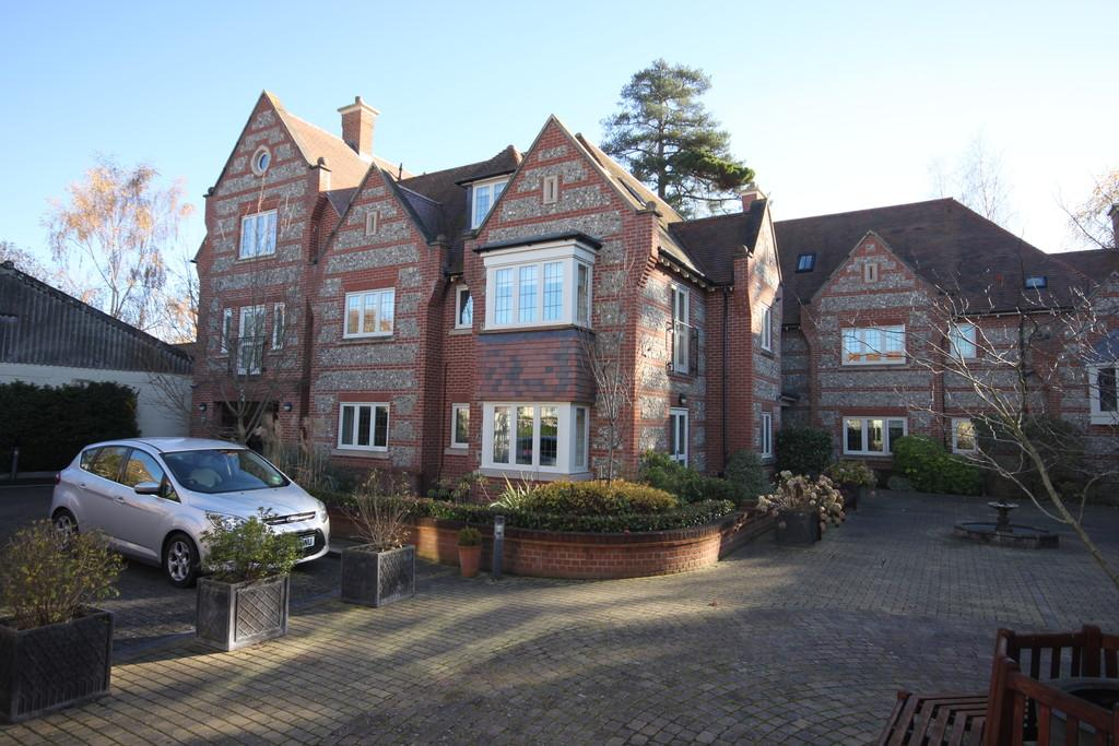 2 Bedrooms Flat for sale in FLORENCE COURT, WILTON, SALISBURY, WILTSHIRE SP2 0FD