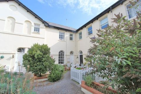1 bedroom apartment to rent - Well presented 1 bedroom ground floor flat situated in gated residence with communal garden. Great location having...