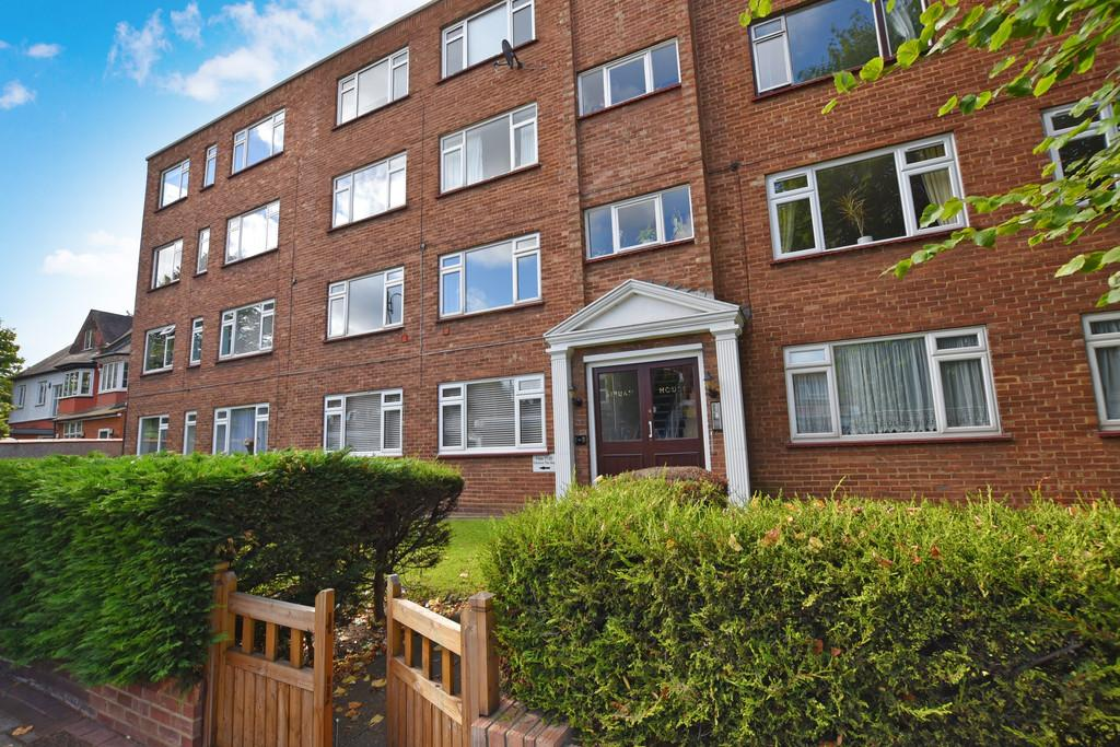 2 Bedrooms Flat for sale in Struan House, High Street , Wanstead