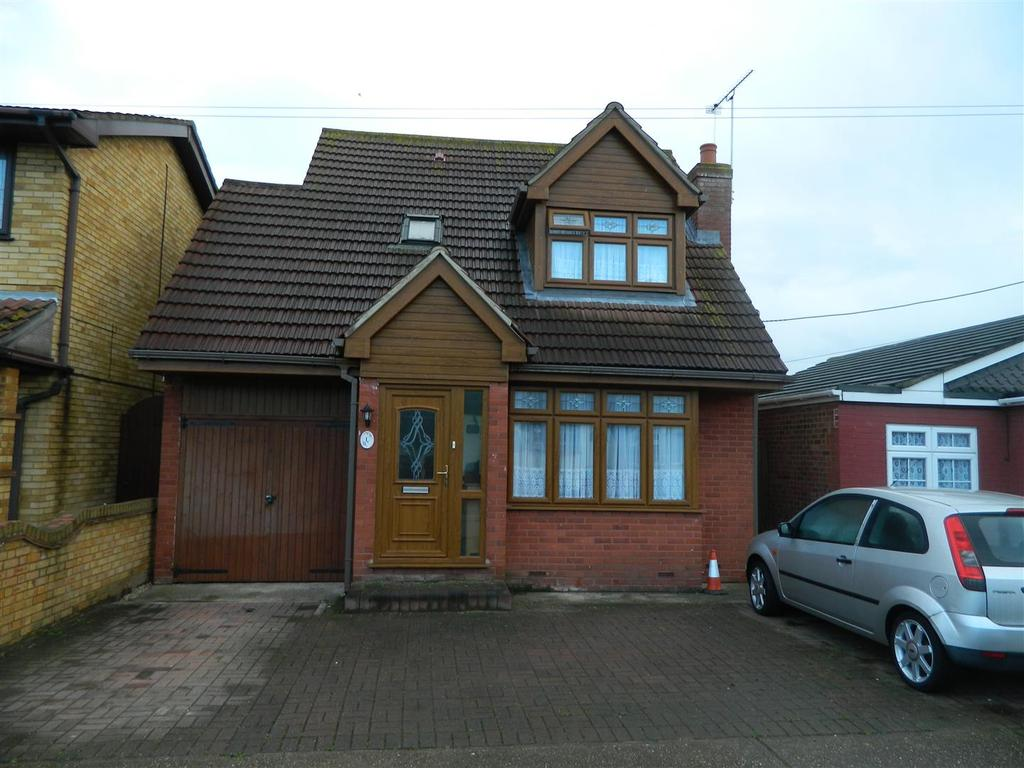 2 Bedrooms Chalet House for sale in Runnymede Road, Canvey Island