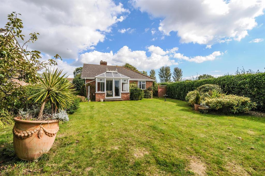3 Bedrooms Detached Bungalow for sale in Longmeadow Gardens, Birdham