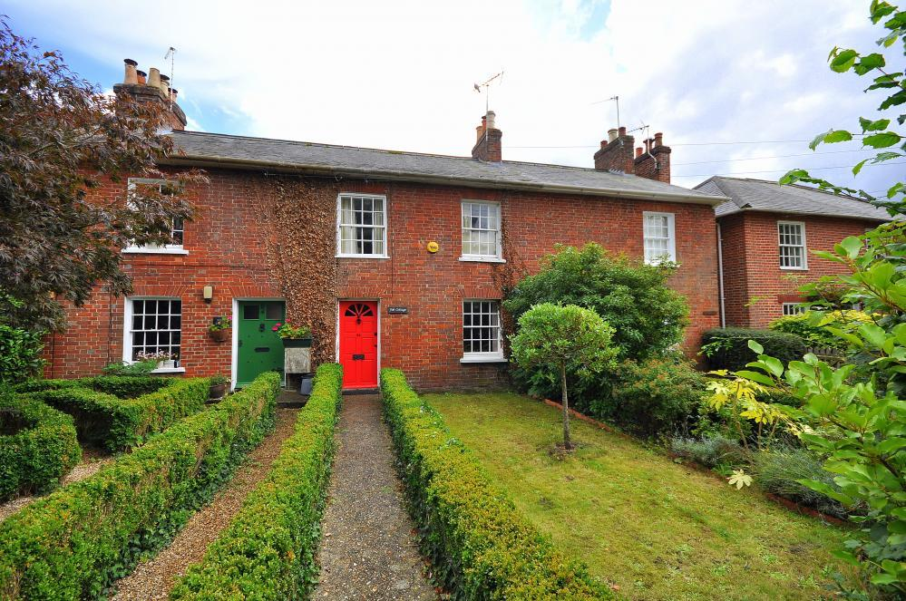 2 Bedrooms Cottage House for sale in Southampton Road, Ringwood, BH24 1JD