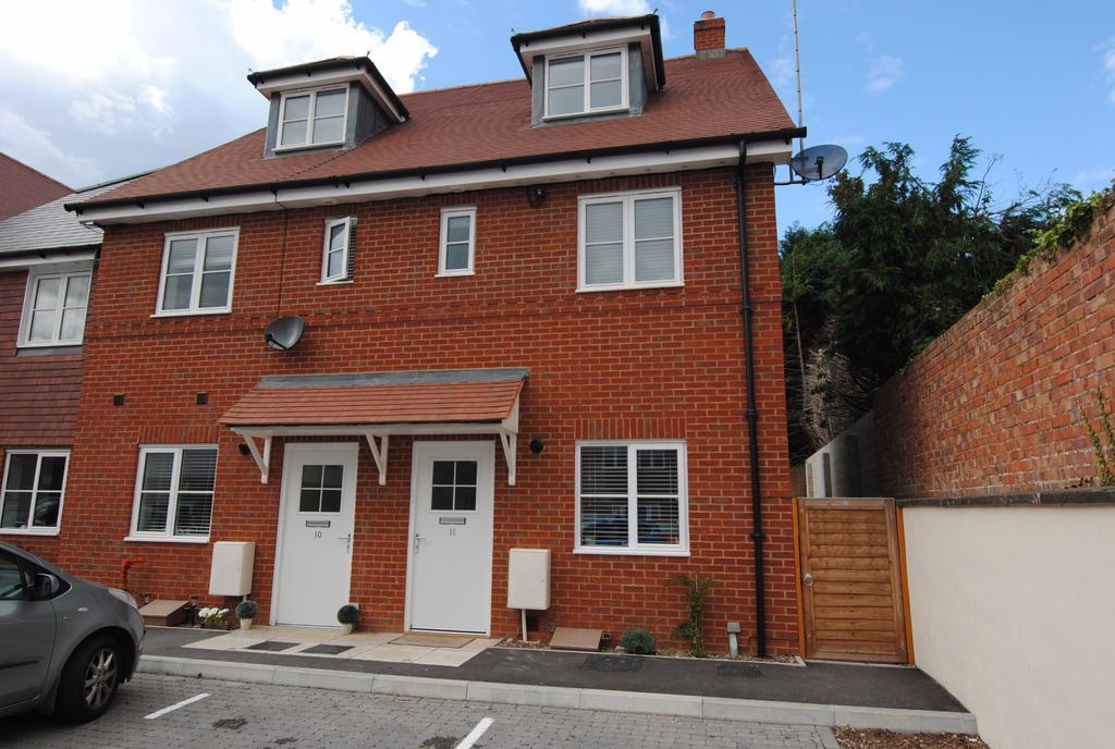 3 Bedrooms Town House for sale in Sloane Court, Amesbury, Salisbury
