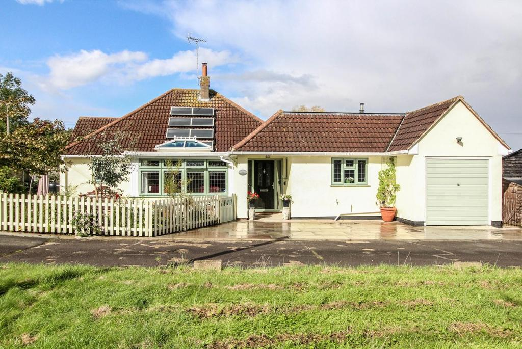 3 Bedrooms Detached Bungalow for sale in Salmonds Farm, Salmonds Grove, Brentwood, Essex, CM13