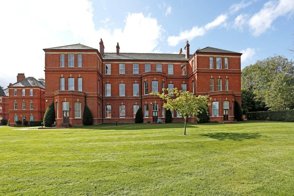 3 Bedrooms Flat for sale in Goldsmith House, Brandesbury Square, Woodford Green, IG8