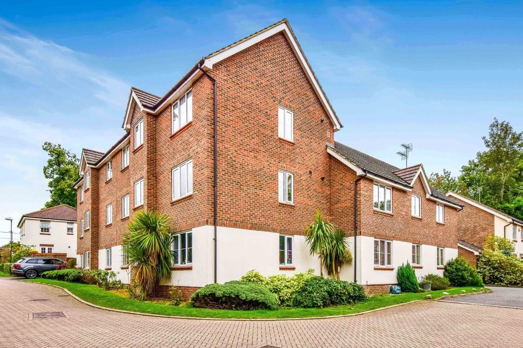 2 Bedrooms Ground Flat for sale in Oakhill Chase, Pound Hill