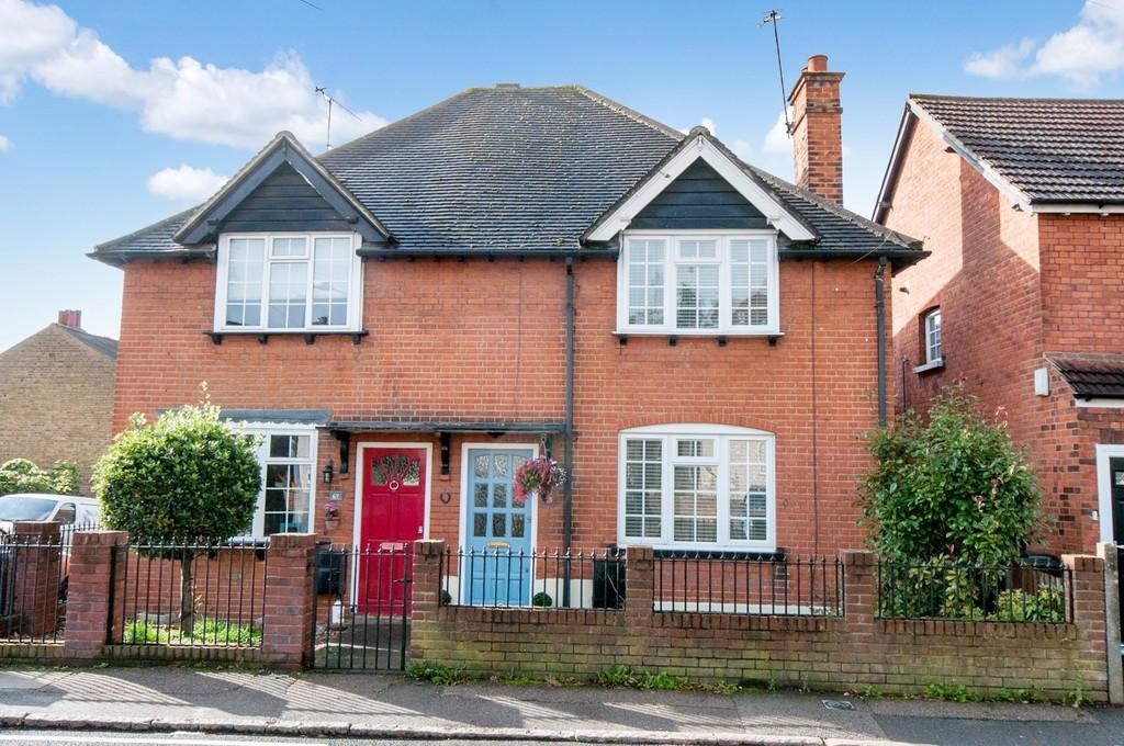 3 Bedrooms Semi Detached House for sale in Englands Lane, Loughton