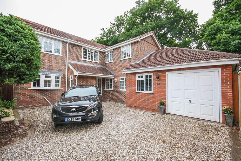 4 Bedrooms Detached House for sale in Burleigh Close, Billericay CM12
