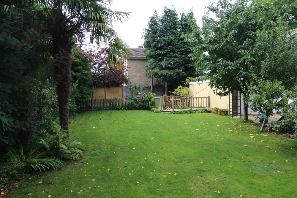 3 Bedrooms Semi Detached House for sale in Melrose Gardens, Arborfield, Berkshire, rg2 9pz