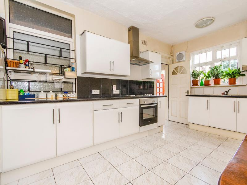 4 Bedrooms Terraced House for sale in Leicester Road, N2