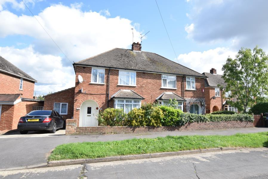 3 Bedrooms Semi Detached House for sale in Links Drive, Tilehurst