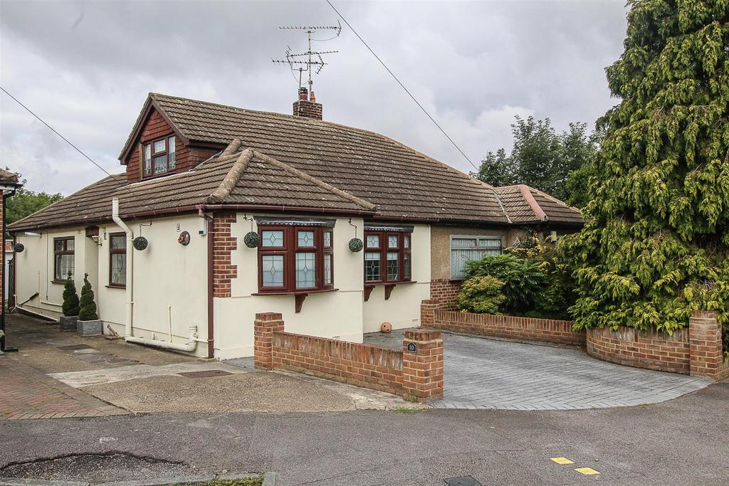 3 Bedrooms Semi Detached House for sale in Ash Close, Pilgrims Hatch, Brentwood