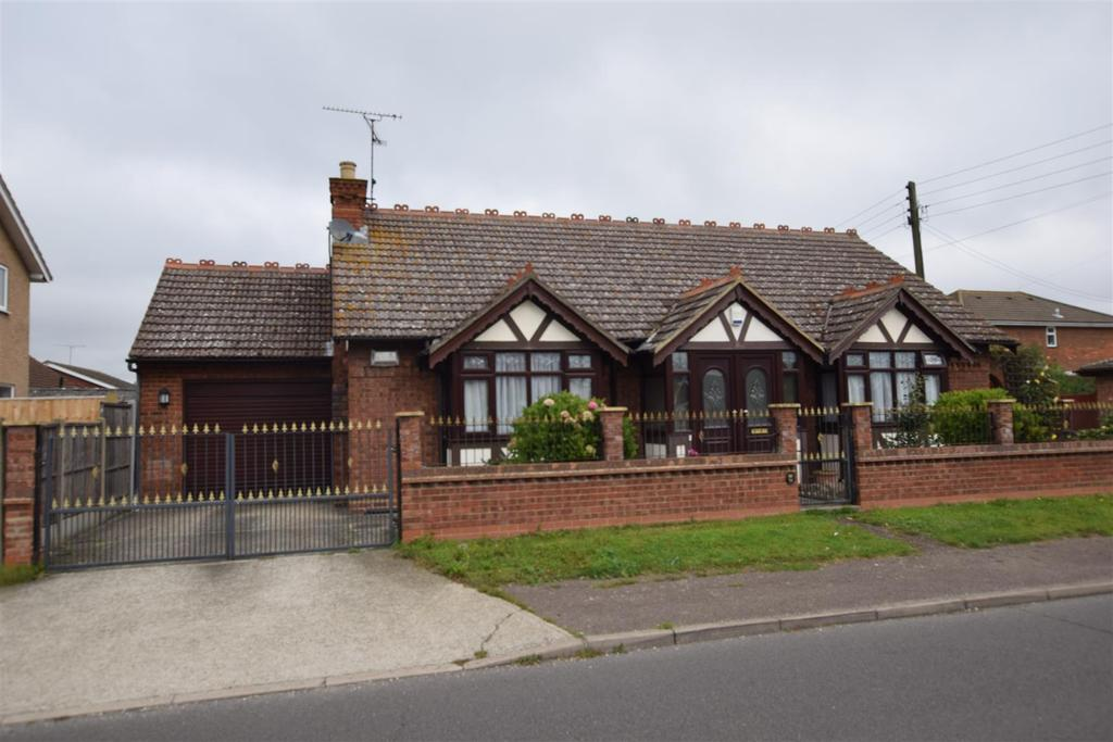3 Bedrooms Detached Bungalow for sale in Urmond Road, Canvey Island