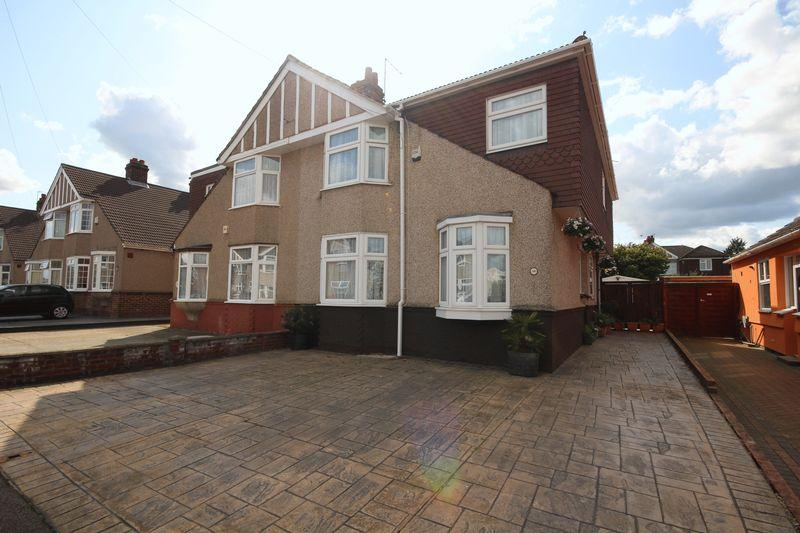 4 Bedrooms Semi Detached House for sale in Heathclose Avenue, Dartford