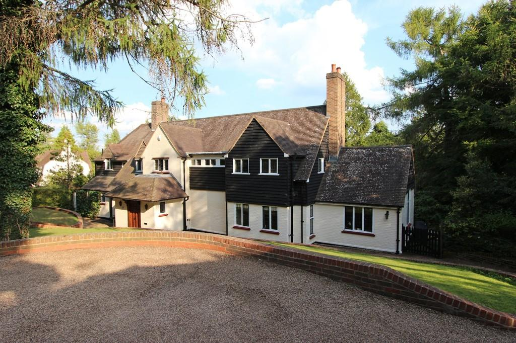 5 Bedrooms Detached House for sale in The Chase, Kingswood