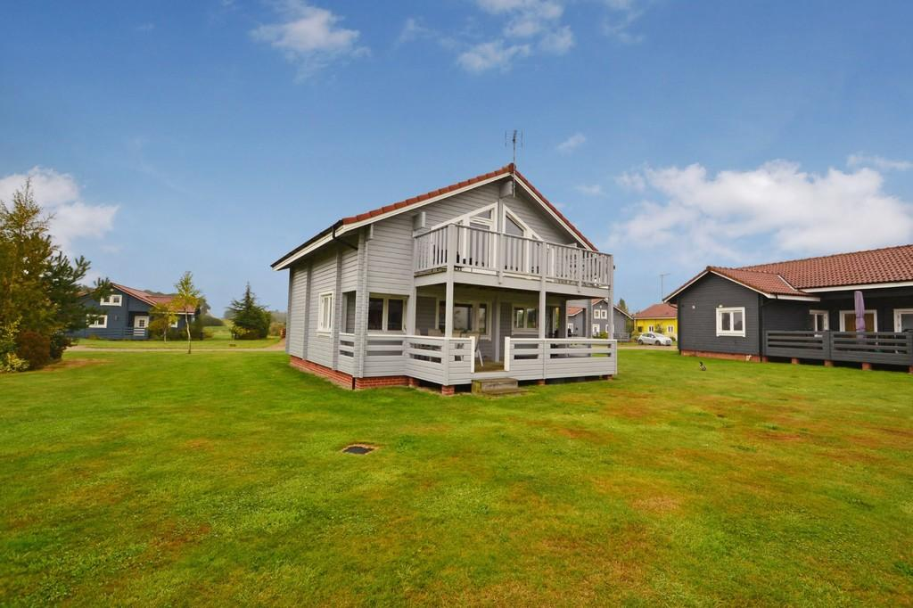 2 Bedrooms Chalet House for sale in Fritton, Norfolk