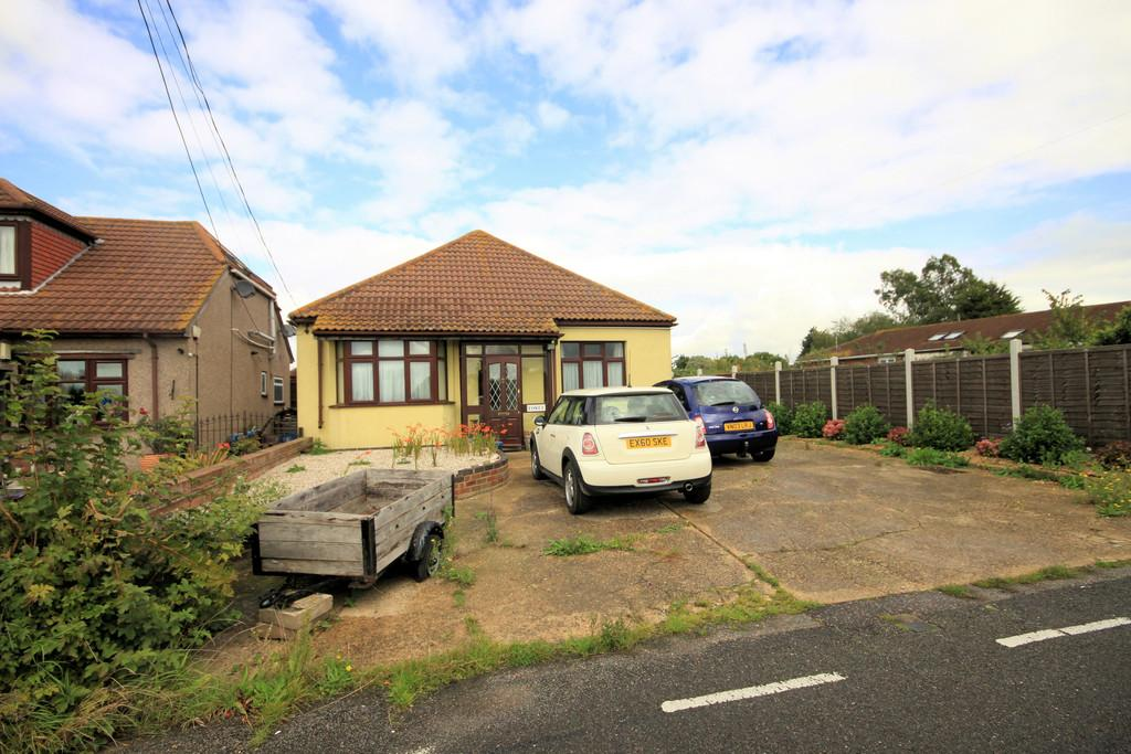 2 Bedrooms Detached Bungalow for sale in Barrow Hall Road, Little Wakering