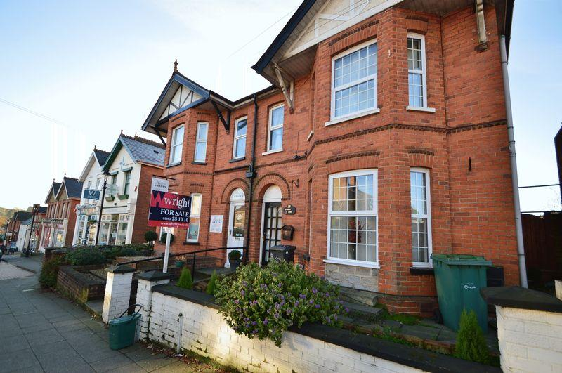 3 Bedrooms Semi Detached House for sale in Wootton, PO33 4LU