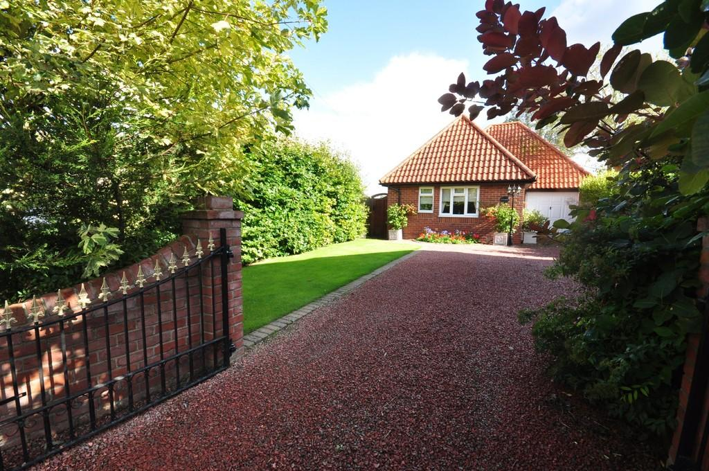 3 Bedrooms Detached Bungalow for sale in High Street, Hopton