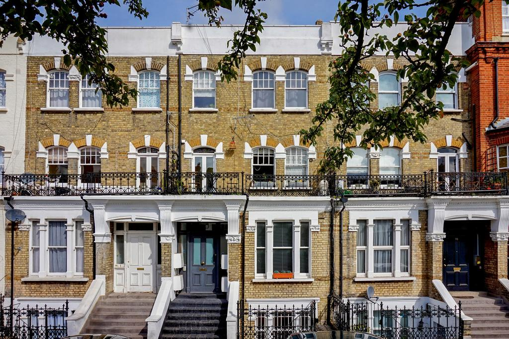 2 Bedrooms Flat for sale in Barons Court Road, London