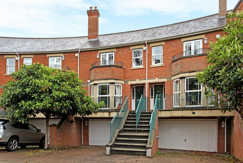 5 Bedrooms Town House for sale in Virginia Water