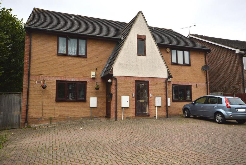 2 Bedrooms Apartment Flat for sale in Lindsey Court, Veronica Close, Harold Hill, Romford, RM3