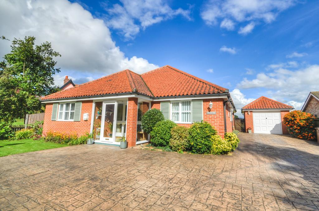 3 Bedrooms Detached Bungalow for sale in The Street, Darsham