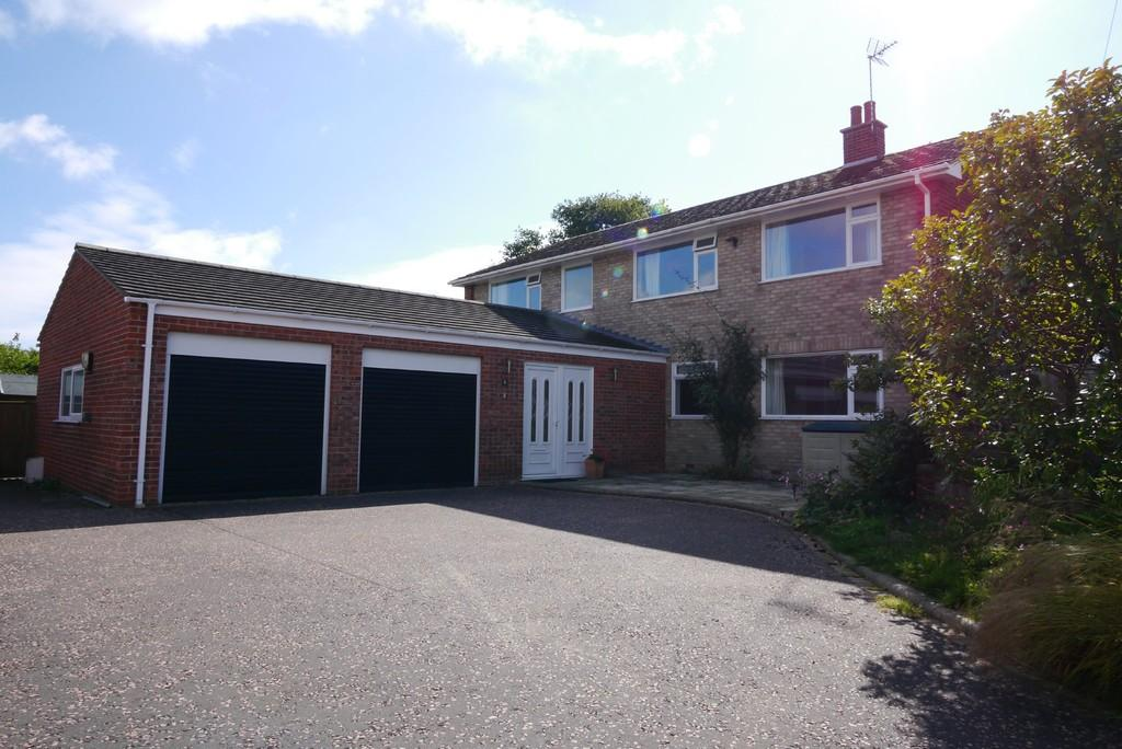 4 Bedrooms Detached House for sale in Fern Avenue, Oulton Broad, Lowestoft