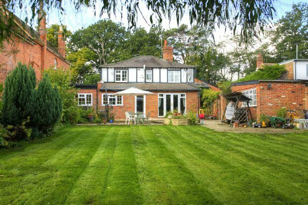 5 Bedrooms Detached House for sale in Basingstoke Road Spencers Wood Reading
