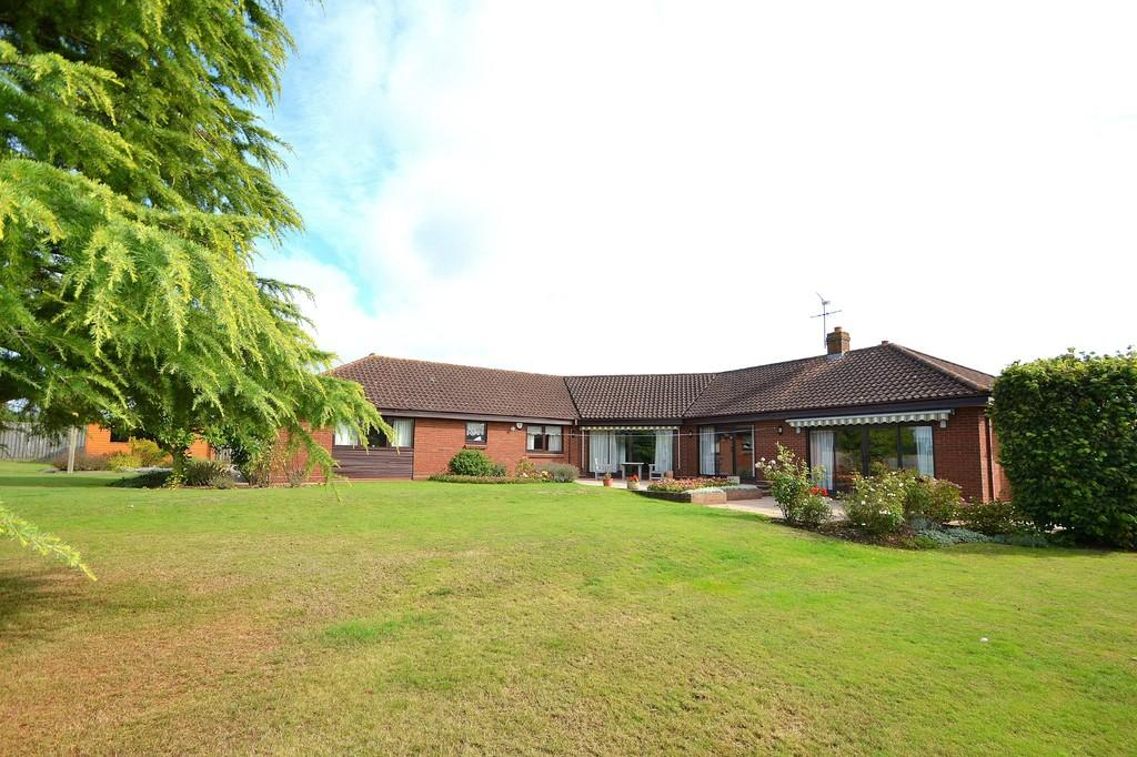 5 Bedrooms Detached Bungalow for sale in Swan Lane, Westerfield, Ipswich, IP6 9AX
