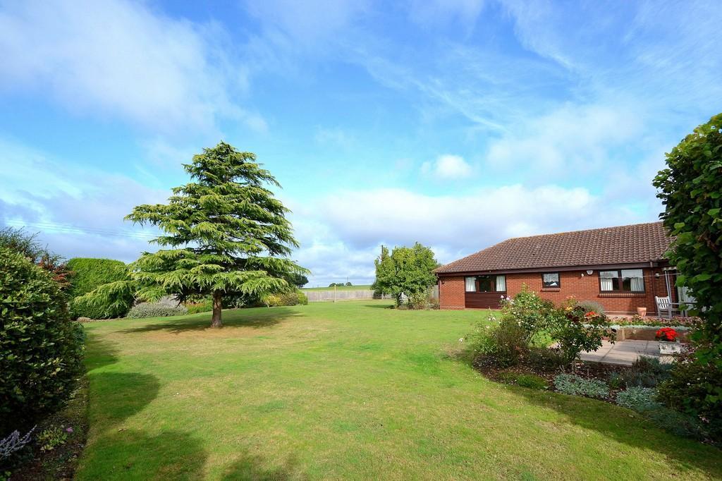 5 Bedrooms Detached Bungalow for sale in Swan Lane, Westerfield, Ipswich, IP6 9AX
