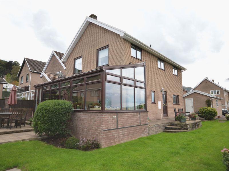 4 Bedrooms Detached House for sale in Derwen Deg Close, Govilon, Abergavenny