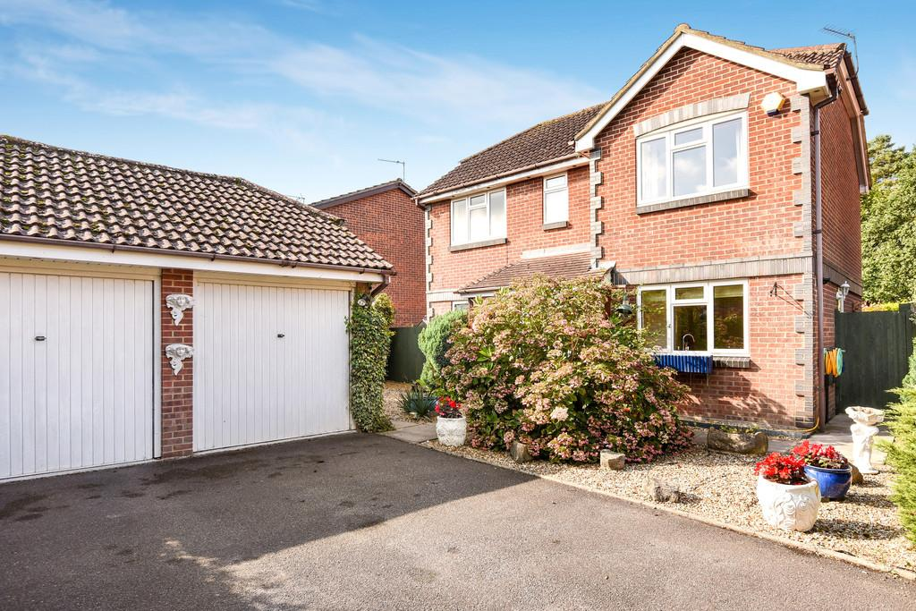 3 Bedrooms Detached House for sale in Amberwood, Ferndown