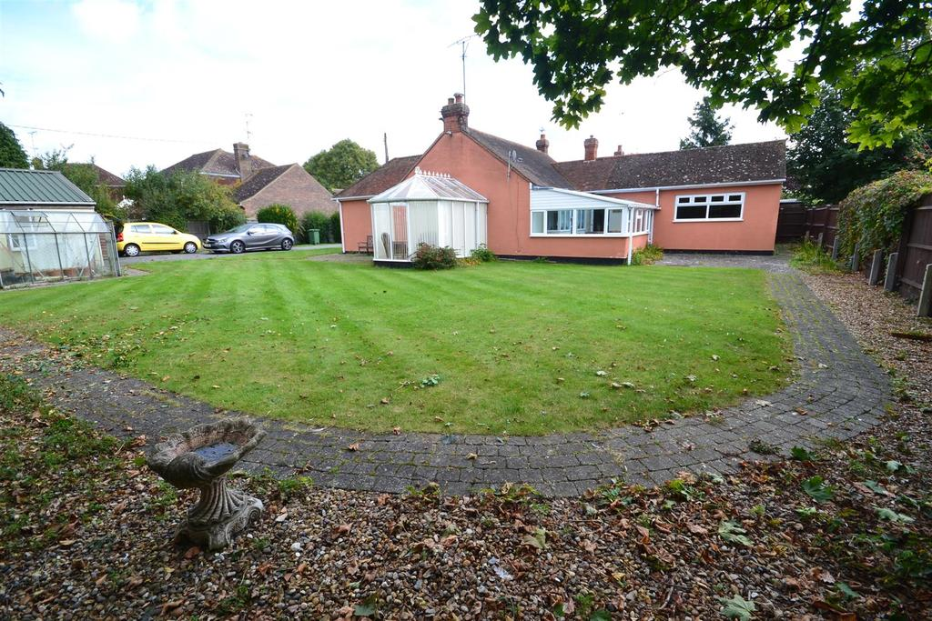 3 Bedrooms Bungalow for sale in Barnmead Way, Burnham-on-Crouch