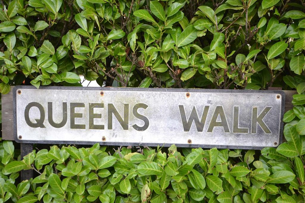 3 Bedrooms Semi Detached House for sale in Queens Walk, Stamford