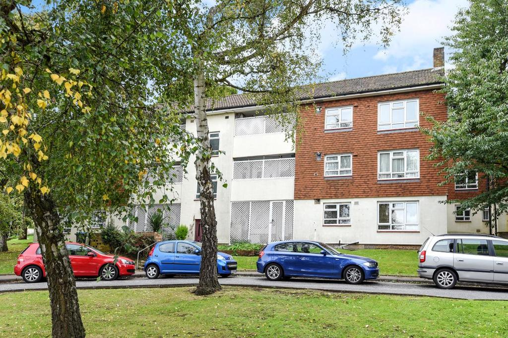 2 Bedrooms Flat for sale in Larkfield Close, Hayes