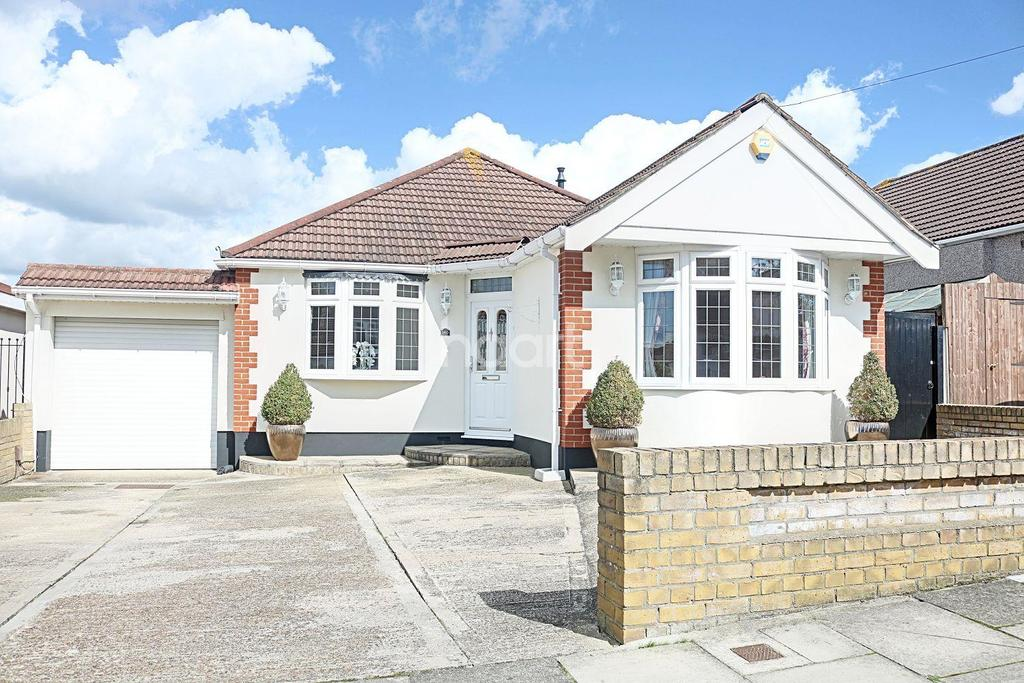 3 Bedrooms Bungalow for sale in Stanley Road, Hornchurch