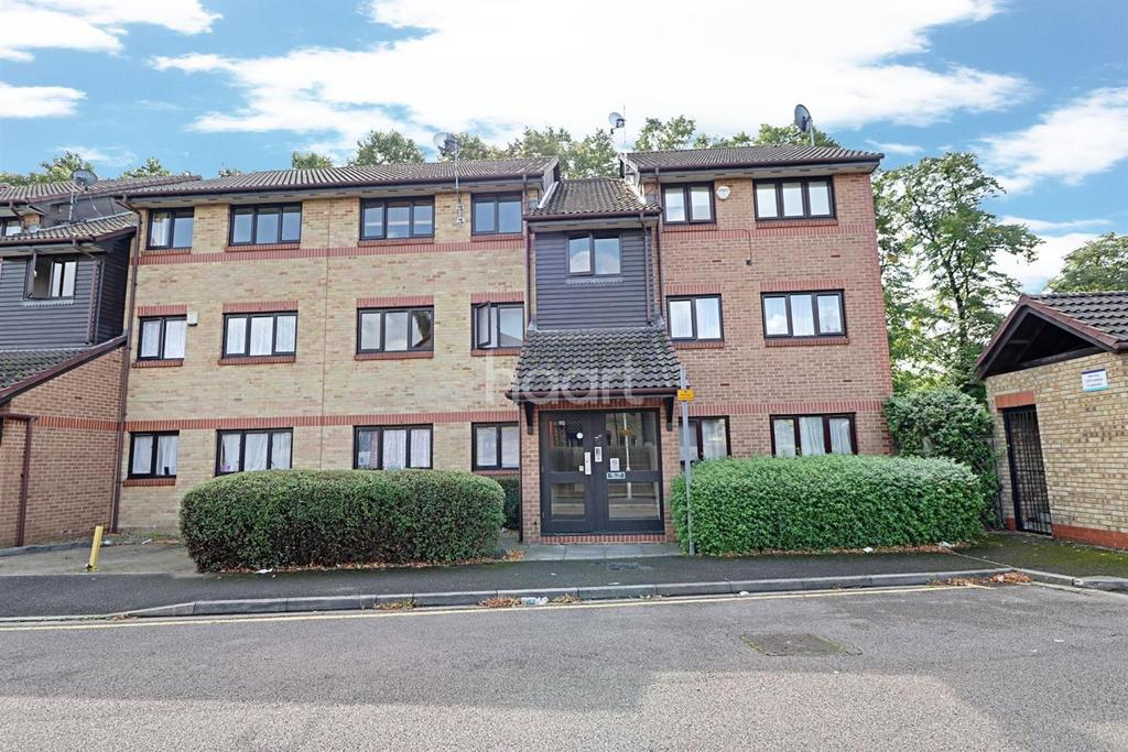 2 Bedrooms Flat for sale in Waterside Close, Barking, Essex