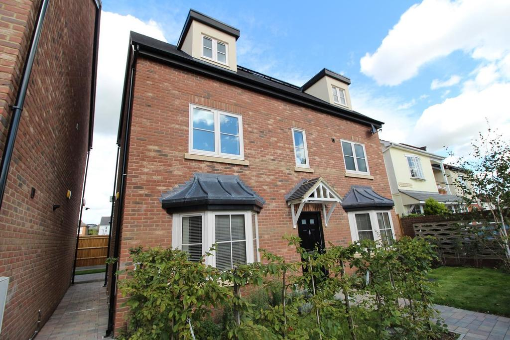 4 Bedrooms Detached House for sale in Constable Mews, St. Marys Lane, Upminster, Essex, RM14