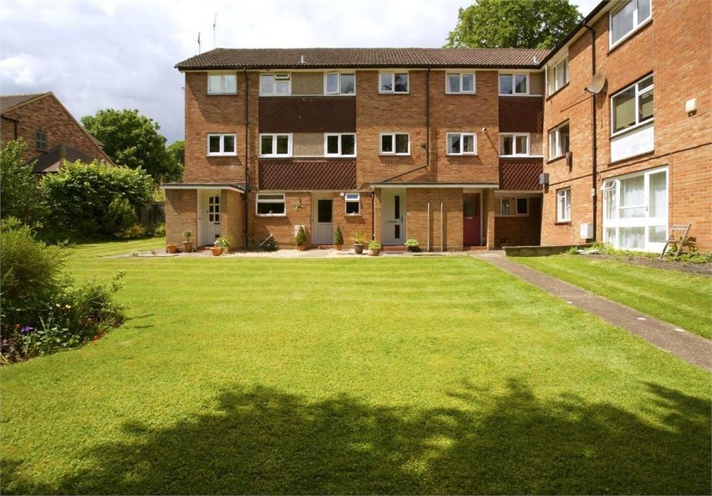 2 Bedrooms Maisonette Flat for sale in Merrow Court, Levylsdene, Guildford, Surrey