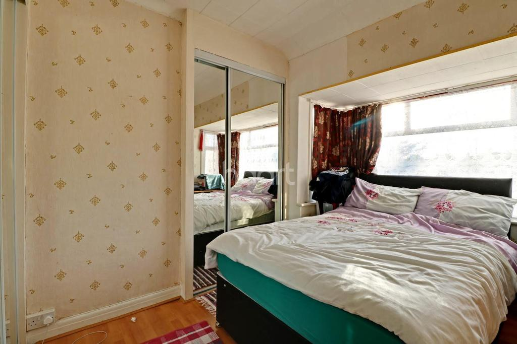 3 Bedrooms Semi Detached House for sale in Southall