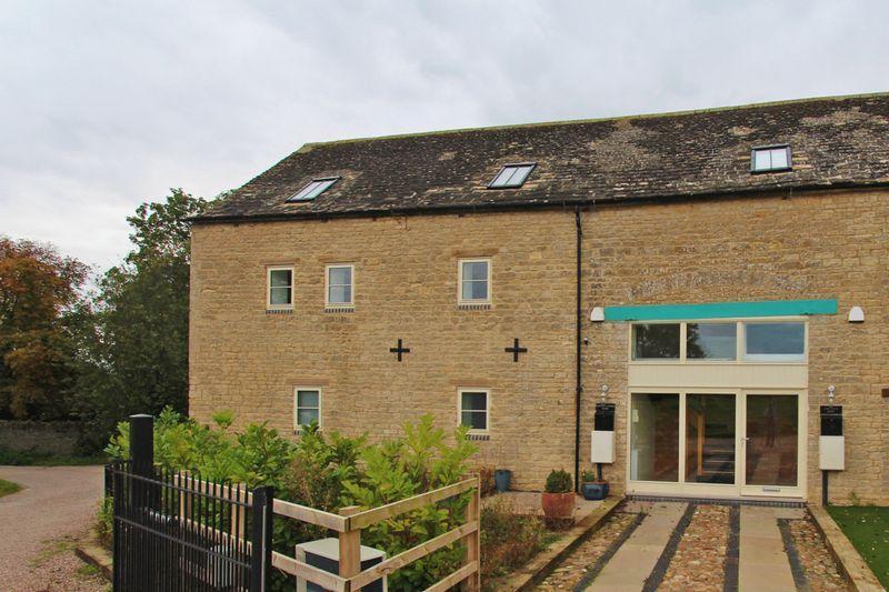 2 Bedrooms Duplex Flat for sale in Chapel Farm Barns, Ashton