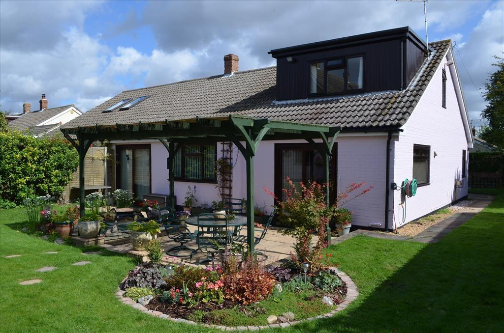 3 Bedrooms Semi Detached Bungalow for sale in Nightingale Avenue, Bassingbourn, Royston, SG8