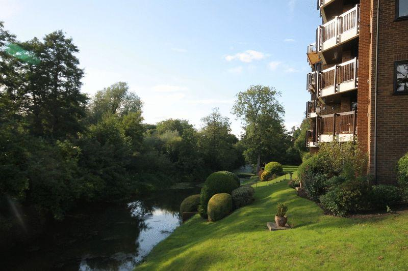 2 Bedrooms Apartment Flat for sale in LEATHERHEAD - CAMPBELL COURT