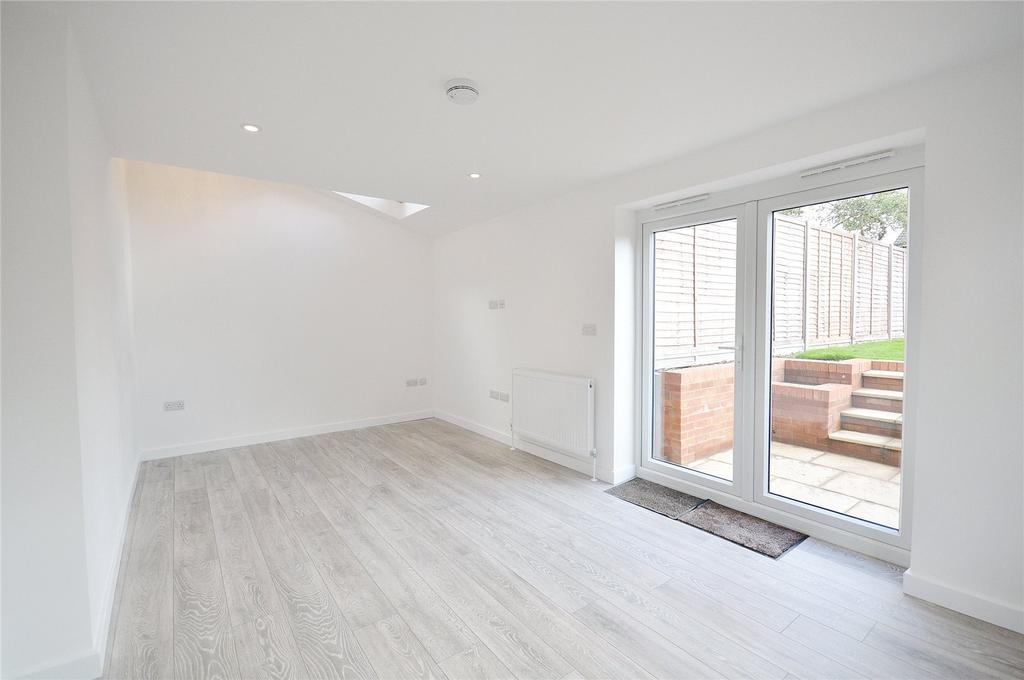 3 Bedrooms Semi Detached House for sale in Meriden Way, Watford, Hertfordshire, WD25