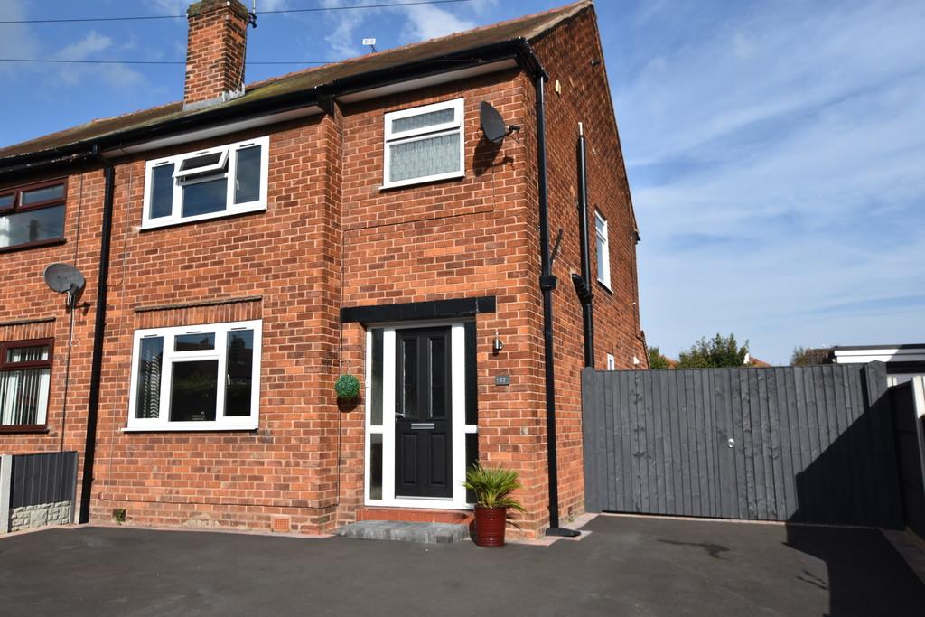3 Bedrooms Semi Detached House for sale in Park Walk, Chester