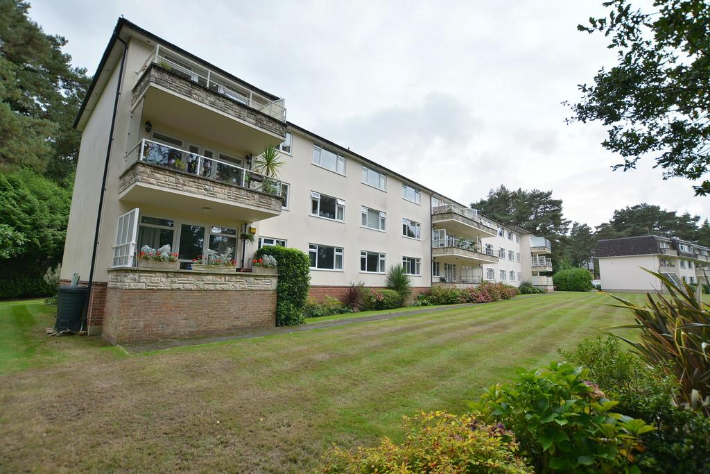 2 Bedrooms Apartment Flat for sale in Aldridge Road, Ferndown