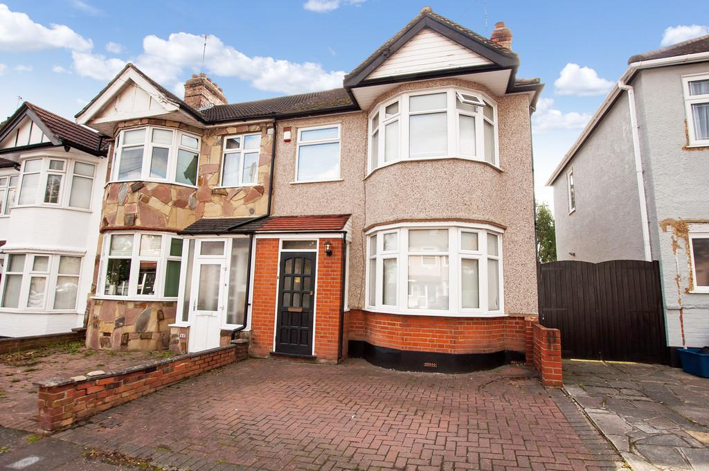 3 Bedrooms End Of Terrace House for sale in Hawthorn Road, Buckhurst Hill