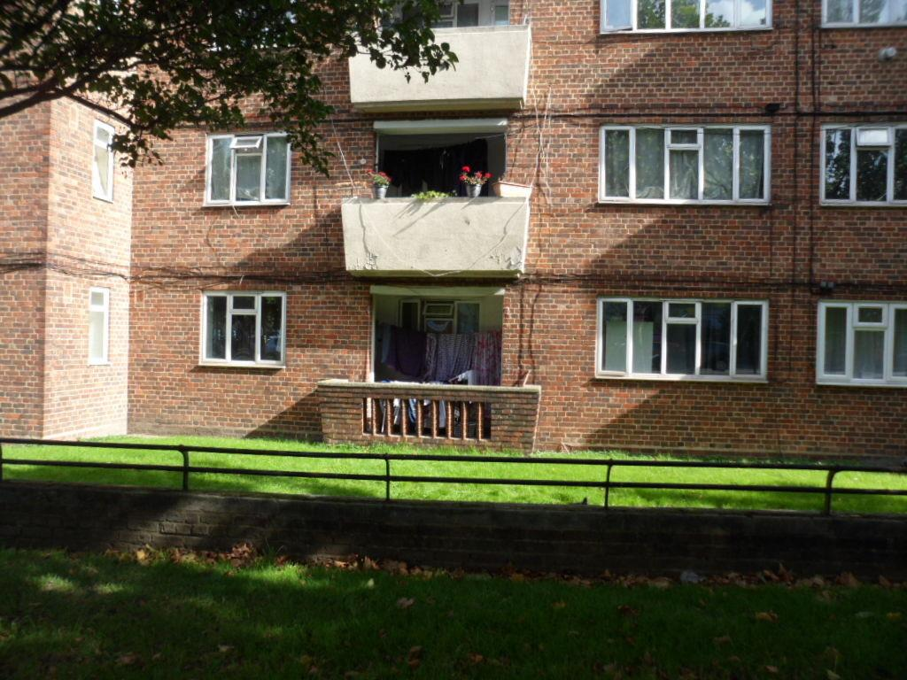 2 Bedrooms Ground Flat for sale in KEATS HOUSE, CAMBERWELL ROAD, LONDON, SE5 7JA